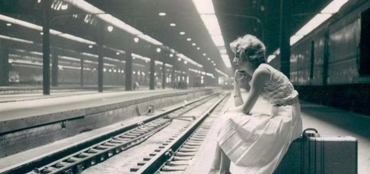 photo-chicago-union-station-platform-woman-sitting-on-suitcase-b-and-w-19601